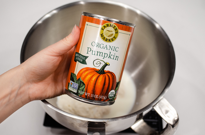 A can of organic pumpkin puree.